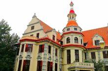 海河岸边看袁宅 海河东岸坐落着一幢德式外观的小洋楼,红色的陡坡屋顶,扣钟状的采光亭。这座小洋楼就是袁