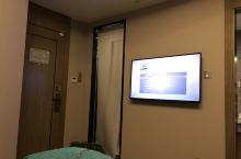 斜面对着床的电视机