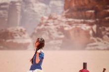 #主题交通# 在约旦骑着骆驼,穿越阳光亲吻的沙漠