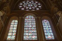沙特尔主教堂的盛名在于它的玻璃和雕刻。那些映满着柔和色彩的无与伦比的彩色玻璃,在174个窗子中表现了