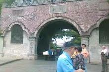 溪口是奉化的一个镇,依山伴水,以蒋介石的故居出名。