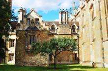 如果要游览英格兰的小镇,大部分人都会想到牛津与剑桥。