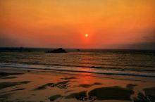 日出红霞照银滩