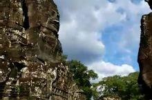 高棉的微笑 到柬埔寨必去大吴哥,有54座大大小小的宝塔构成,每一座宝塔的四面都刻有吴哥王朝全盛时期国