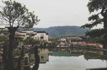 宏村!爬完黄山应该去休息一下的地方。 湖水倒映着房屋,远处的山上还能看见飘往的云朵,微微细雨,丝毫没