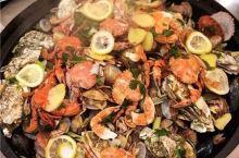 吃在大连-铁锅炖海鲜是亮点,多种海鲜码放在锅里,一大锅超满足!