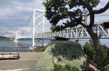 德岛县鸣门市的鸣门海峡,是连接日本瀬戸内海和太平洋的海峡之一。每日两回(潮起潮落),大量的海水从濑户