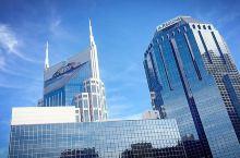 充满传奇主义的作品 第一次看到蝙蝠侠大楼,真的觉得它是一副作品,怎么说呢,建筑的仿佛不是楼而是一个经