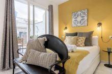 【巴塞罗那民宿】  巴塞罗那的这家民宿配色大胆,非常具有设计感,家具和各种软装都很有品味~床品都很舒