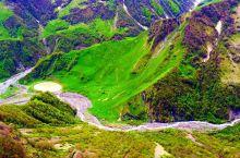 格鲁吉亚的卡兹别吉,欧洲的第二大高峰,海拔5千多米。山头上终年积雪。沼泽和水洼,在山谷的地上,形成一