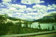 旅行车上,一路观看美丽的班夫国家公园的森林碧湖