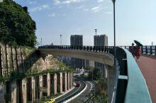虎头岩公园。。。上连石油路,下接红岩村,落差起码200米,这就是重庆的建筑。