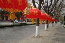 青州的街道挂着红色大灯笼,喜庆的颜色庆祝着春节的到来