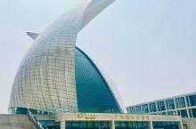 海博观展:中国航海博物馆外形犹如两只白色风帆交错互抱,造型充满动感,矗立于上海浦东新区滴水湖畔,十分
