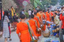 琅勃拉邦不能错过的布施,感受佛国秘境的清晨