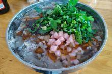 羊肉粉、香酥鸭、饺皮……贵州美食看兴义 兴义羊肉粉是一种汉族小吃。从清代开始,五代相传,经久不衰。与