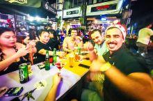 在东南亚夜市街上的酒吧庆祝圣诞节 #在当地过节