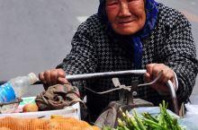 和平南京街上,老伴去世10年,她独自靠推车卖菜维生,每天中午啃馒头和咸菜充饥