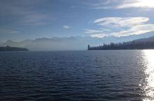 卢塞恩湖的水蓝得都有点诡异,然人感觉深不可测。前行的航船在湖面激起阵阵白色的浪花,迎面吹来的湖风刺骨