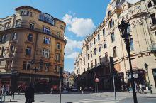 布拉格之街角路口  这里是捷克布拉格。 去的时候人有点多,所以没有好好参观,但是布拉格确实很美。