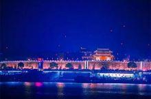 喜欢襄阳的夜景,静谧而温馨,坐在汉江边吹着江风,有种似乎整个