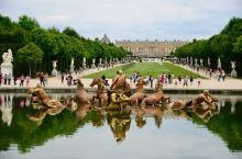 法国凡尔赛宫 凡尔赛宫位于法国巴黎郊区,是世界五大宫殿之一。 《凡尔赛和约》就是在凡尔赛宫的镜廊里签