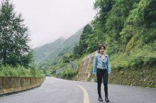八月正值川西雨季,从泸沽湖到九龙县有一段国道因为塌方被切断,我们改走乡道,盘山公路上全是黄泥和积水,