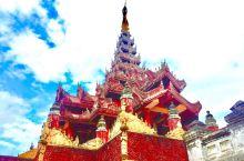 缅甸盛产柚木。勃固的旧皇宫,毫无例外,都是由柚木建成的。棕红的外墙,金色的柱子,宫殿在阳光下熠熠发光