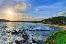 宛如童话梦境的碧蓝清澈大海   这周我和闺蜜一同来到了这片美丽的海滩,我们一来到这就看到沙滩旁边的椰