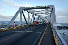连接宿务与麦克坦岛有两座大桥,徒步走上这座旧桥,领略两岸风光