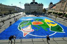 这个广场属于老城区的中心广场,周围分布着各式各样的经典建筑。经常可以偶遇当地艺术家的户外活动,这次是