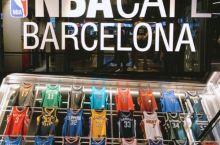 在巴塞罗那遇到一家NBA CAFE,简直可以说是无敌兴奋了!可惜主要是现役球员当道,我科几乎不可见的