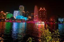 夏夜的我在柳江吹着风,看着美丽的音乐喷泉和夜景