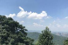 岳麓山上日如火,爱晚亭旁枫成荫。