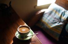 在平遥的阁楼上,看着熙熙攘攘的游客,细细品咖啡。
