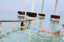 原来在死海游泳真的不会沉下去!
