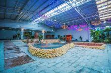 山湖温泉被称为中国养心第一泉,它有七大温泉主题,六十八个特色泡池,可以满足游人的不同泡汤需求。而且它