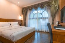 值得一去的酒店——米易中悦半岛度假中心  环境很好,占地面积也很大,随处是绿化植物,空气清新,鸟语花
