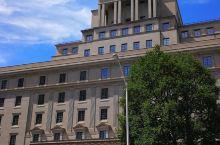 """多伦多的六月,被称为""""骄傲""""月,随处可见的彩虹标志甚是养眼。"""