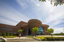 鄂托克旗地质综合博物馆  我们最后一个游览参观的项目是总投资1.8亿元的鄂托克旗地质综合博物馆,它位