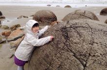 大圆石VS小企鹅 又是雨天作怪,很神奇的地方,由于下着大雨巨冷无比,大家都没有好好欣赏。这些大圆石怎