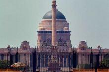 新德里印度 新德里 总统府和Rajpath 国王大道(拉杰大道)两侧的政府部门的建筑,沿街布满军队的