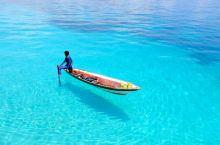 漂浮在空中的小船 仙本那,位于东马,平静美丽的如绿松石般的Sulawesi 海的海水透明如镜,小船行
