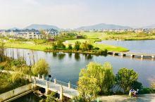 香樟湖畔:初冬时节,行走在浙江舟山长峙岛的香樟湖畔,清风徐来,沐浴在暖阳里,惬意舒适。这里风景如画,