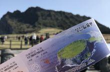 城山日出峰 买好门票准备进去喽,话说这里的票真的挺便宜嘛,每人2000韩币。门口的阿加西乐呵呵的跟我