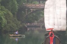 敢去不,湖北宜昌三峡人家。。。实际上是风景区的名称。主要景点巴王寨,石令牌,邀月亭,灯影石(就是那块