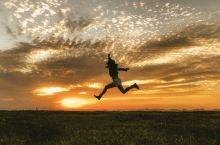 #最酷的事# 背着滑翔伞飞遍全世界的夕阳
