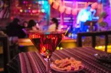 平遥古城的夜静了,来酒吧听听歌,放松一下吧。 晚上,平遥古城的街慢慢静了下来。就突然想去哪里喝杯酒,
