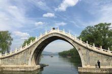 颐和园的桥 颐和园昆明湖有很大的水面,也建有不少漂亮的挢,给原来就很美的园林增色不少。玉带桥的造型非