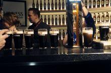 在健力士酒厂亲手调制黑啤